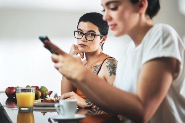 Comment naviguer sur les réseaux sociaux en couple
