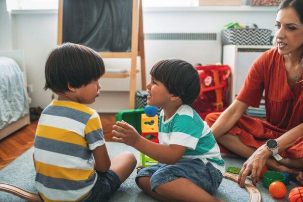 Confronter le conflit des enfants avec le coaching émotionnel